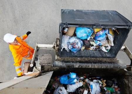 21583245-trabajador-de-reciclaje-de-basura-camión-recolector-de-residuos-de-carga-municipal-urbano-y-basura