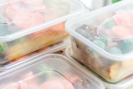 83890702-preparación-de-comidas-cierre-de-comidas-caseras-de-pollo-asado-en-recipientes-listos-para-ser-congelad